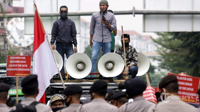 Massa dari Kesatuan Aksi Milenial Indonesia melakukan demonstrasi di dekat acara deklarasi Koalisi Aksi Menyelamatkan Indonesia (KAMI), di Jakarta Pusat, Selasa (18/8/2020). Demonstran menolak acara deklarasi tersebut dan menilai deklarasi adalah gerakan politik yang mengganggu pemerintah di saat penanganan pandemi Covid-19. Tribunnews/Herudin