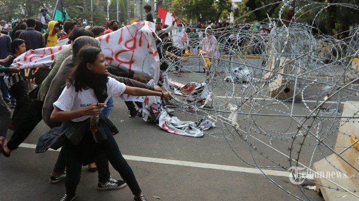 Sejumlah massa aksi saat menarik kawat berduri pada unjuk rasa penolakan UU Omnibus Law di kawasan patung kuda, Jakarta Pusat, Rabu (28/10/2020). Pada unjuk rasa kali ini mereka mendesak pemerintahan Jokowi dan Maruf Amin untuk mencabut UU Cipta Kerja. (Tribunnews/Jeprima)