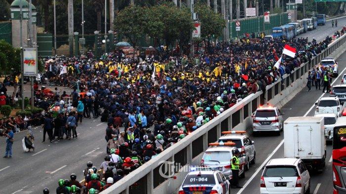 TUTUP JALAN - Massa demotran dari berbagai perguruan tinggi berdemo di depan Gedung DPR  dengan menutup Jalan Gatot Subroto, Senayan Jakarta Pusat, Kamis(19/9/2019). Masa yang menolak revisi UU KPK ini menimbulkan kemacetan parah parah. Warta Kota/henry lopulalan