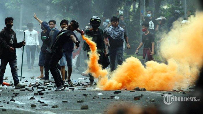 Detik-detik Mobil Polisi Dibakar saat Demo Tolak UU Cipta Kerja di Medan, Kendaraan Habis Terbakar