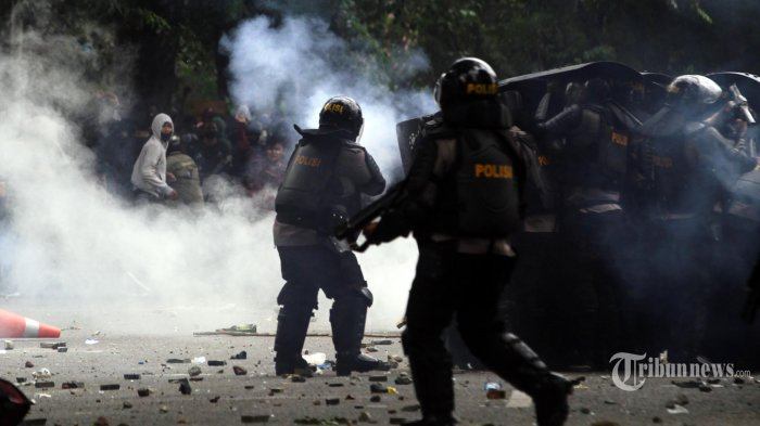 Demo Penolakan UU Cipta Kerja di Medan Ricuh, Massa Lempari Petugas di Depan Gedung DPRD