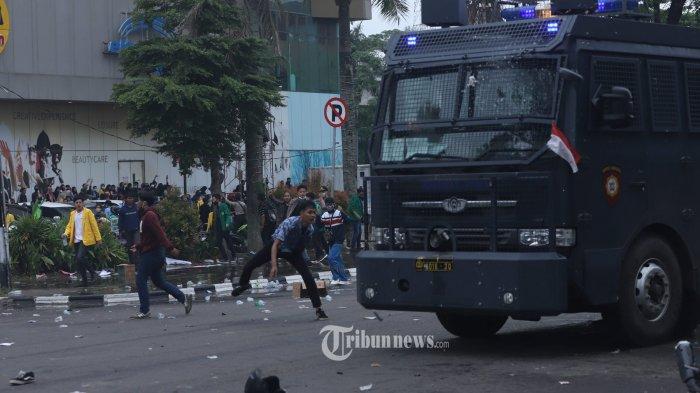 Terlibat Perusakan Mobil Polisi saat Demo, Mahasiswa Ini Serahkan Diri Diantar sang Ayah