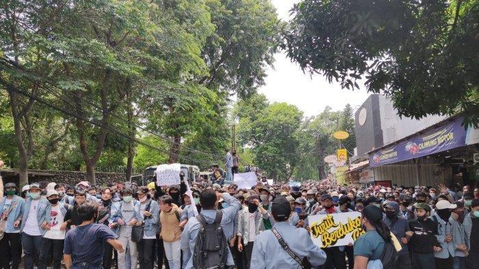 Bentrok dengan Polisi Memanas, Ribuan Mahasiswa Gunadarma Bikin Barikade di Jalan Akses UI