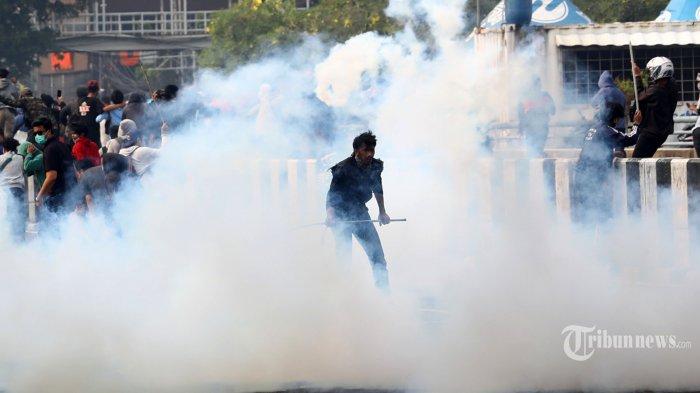 Ditembak Gas Air Mata, Pendemo Justru Salami dan Peluk Polisi: Dengar Musuh Kita Bukan Polisi!