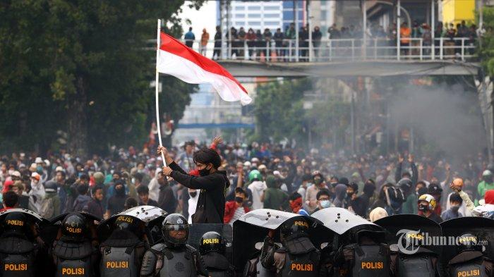 Aparat Kepolisian bersitegang dengan pendemo di kawasan Harmoni, Jakarta, Kamis (8/10/2020). Demonstrasi menolak UU Cipta Kerja berlangsung ricuh. TRIBUNNEWS/IRWAN RISMAWAN