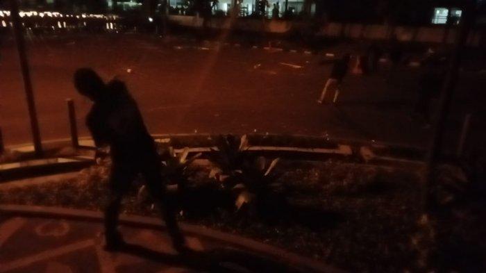 Bubarkan Demo Tolak UU Cipta Kerja di Gedung DPRD Jabar, Polisi Gunakan Gas Air Mata dan Meriam Air
