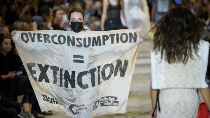 Demonstran Terobos  Peragaan Busana di Paris Fashion Week 2022