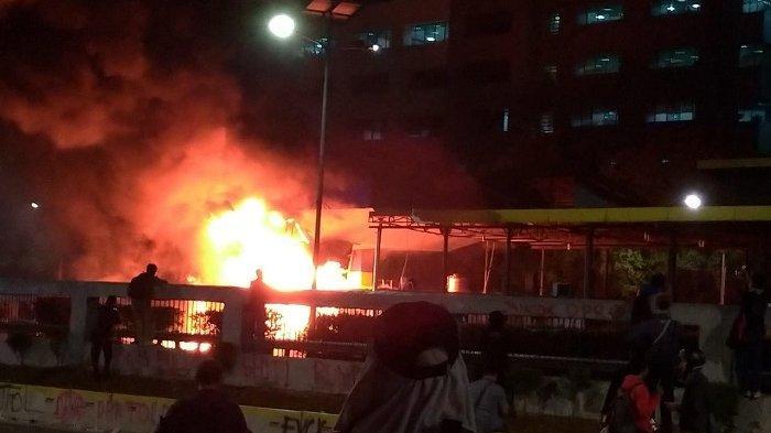 Demonstran membakar gerbang tol pejompongan arah Semanggi, Selasa (24/9/2019) sekira pukul 20.30 WIB.
