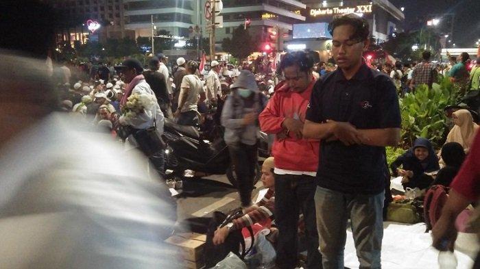 Menu Buka Puasa Demonstran di Depan Bawaslu, Mulai dari Kurma Sampai Nasi Kebuli