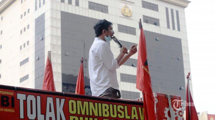 Ratusan pengunjuk rasa yang tergabung dalam Gerakan Buruh Bersama Rakyat berdemonstrasi di depan Mabes Polri, Jakarta Selatan, Jumat (6/11/2020). Massa yang terdiri dari buruh dan mahasiswa itu mendesak polisi membebaskan sejumlah aktivis yang ditangkap di daerah maupun di Jakarta terkait demonstrasi penolakan UU Cipta Kerja. Massa juga mendesak polisi menghentikan tindakan represif yang dilakukan saat ada demonstrasi. Tribunnews/Herudin