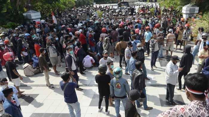 Wali Kota Surabaya Eri Cahyadi menemui langsung dan berembug dengan pendemo asal Madura yang mengatasnamakan
