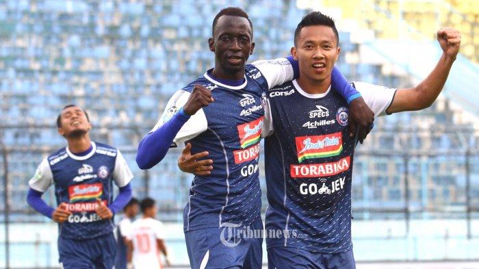 SELEBRASI - Gelandang Arema FC, Dendi Santoso bersama Makan Konate merayakan gol yang dicetak ke gawang Perseru Serui dalam lanjutan Liga 1 di Stadion Kanjuruhan Kepanjen, Kabupaten Malang, Minggu (11/11/2018). Pada akhir babak pertama Arema FC unggul atas Perseru Serui dengan skor 2-0 SURYA/HAYU YUDHA PRABOWO