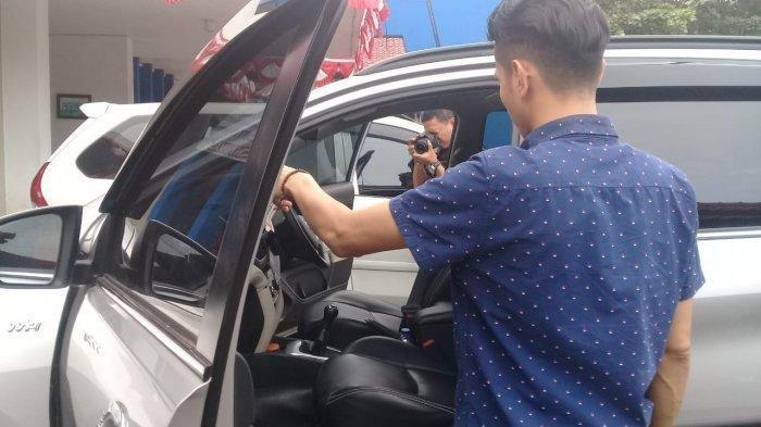 Pelaku DP (37) tersangka mutilasi saat ditangkap oleh polisi di Purwokerto, Kamis (11/7/2019). Tribunjateng.com/Permata Putra Sejati