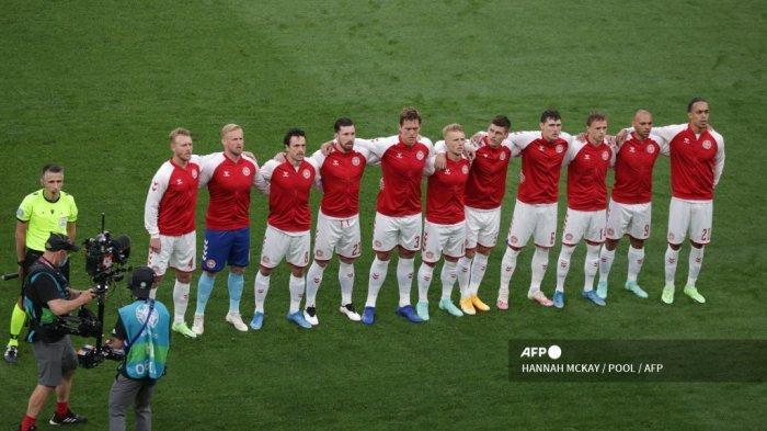 Para pemain Denmark berbaris sebelum dimulainya pertandingan sepak bola Grup B UEFA EURO 2020 antara Rusia dan Denmark di Stadion Parken di Kopenhagen pada 21 Juni 2021.