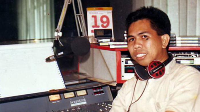 Denny Sakrie ketika masih menjadi penyiar radio.