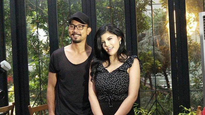 Denny Sumargo dan Dita Soedarjo saat menggelar konferensi pers klarifikasi gagalnya pertunangan mereka di kawasan Kuningan, Jakarta Selatan, Sabtu (15/12/2018).