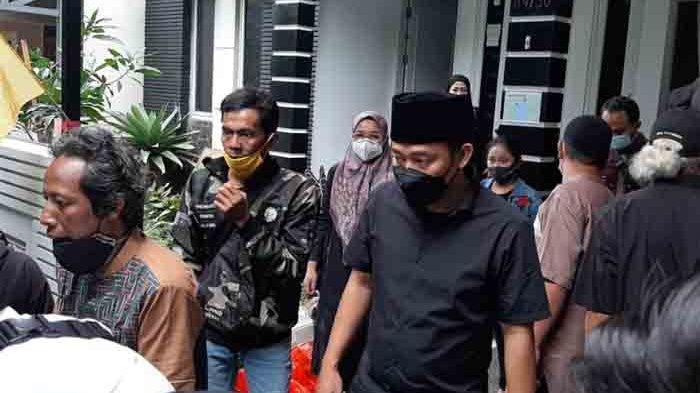 Denny Cagur sempat keluar rumah duka di kawasan Radar Auri, Cimanggis, Depok, Jawa Barat. untuk menyapa para pelayat yang sudah datang mendoakan ibunya.