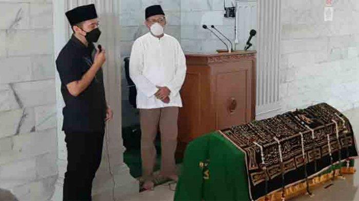 Denny Cagur usai pemakaman ibundanya, di TPU Tipar Mekarsari, Cimanggis, Depok, Jawa Barat, Selasa (19/1/2021).