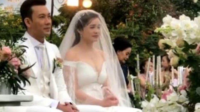 Kabar bahagia datang dari mantan pebasket dan aktor Denny Sumargo (39). Ia resmi menikahi sang kekasih, Olivia Allan.