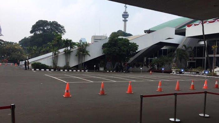 Depan Gedung Nusantara I Parlemen, Senayan, Jakarta Pusat, Minggu (20/10/2019) sekitar pukul 11.00 WIB mulai disterilkan jelang pelantikan presiden dan wakil presiden RI terpilih 2019-2024.