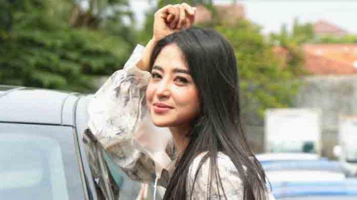 Latarbelakangnya Penyanyi, Dewi Perssik Cerita Pengalamannya Jadi Host Program Televisi