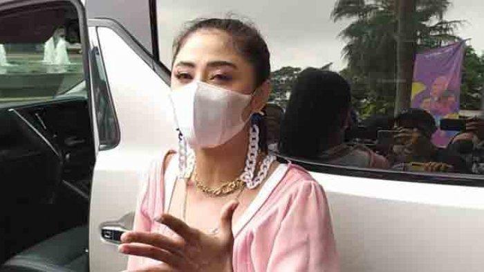 Dewi Perssik saat ditemui di Kawasan Kapten Tendean, Mampang Jakarta Selatan, Senin (15/2/2021). Ia menjelaskan terkait masalahnya dengan dr Richard Lee.