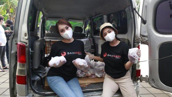 Dewi Perssik Turun Langsung Bagikan 3000 Bungkus Daging Kurban dan Sembako