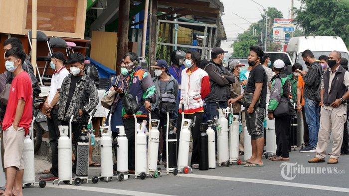 Warga mengantre untuk mengisi tabung oksigen di depot pengisian oksigen, Jalan Minangkabau, Jakarta Selatan, Rabu (14/7/2021). Meski jumlah yang mengisi tabung oksigen mulai berkurang namun sejak akhir Juni saat lonjakan angka positif Covid-19 meningkat drastis hingga saat ini depot tersebut masih ramai warga mengantre. TRIBUNNEWS/HERUDIN