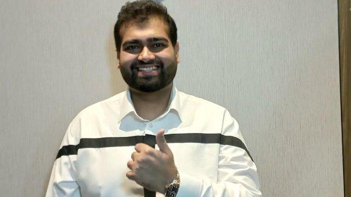Desainer Rakesh Bhagwandas dari SAS Desain merancang busana Rizky Billar saat melamar Lesti Kejora. (Warta Kota/Arie Puji Waluyo)