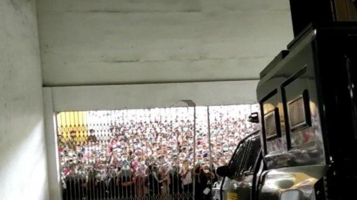 VIDEO VIRAL Warga Medan Berteriak dan Berdesak-desakan demi Vaksin, Pintu Besi sampai Jebol