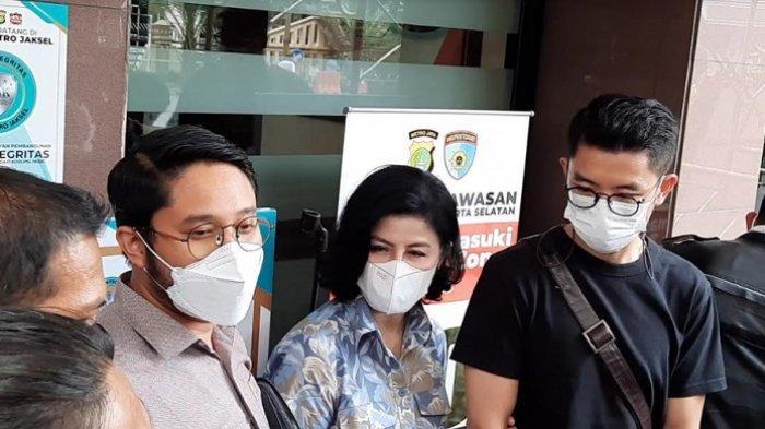 Desiree Tarigan didampingi kuasa hukumnya saat ditemui di Polres Jakarta Selatan, terkait penyerobotan tanah, Senin (3/5/2021).