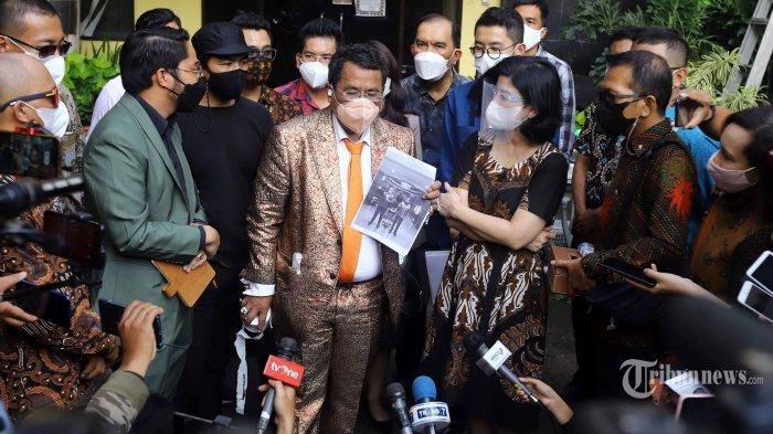 Desiree Tarigan didampingi kuasa hukumnya, Hotman Paris dan kedua anaknya, Bams serta Prianka usai membuat pengaduan ke Komisi Nasional Anti Kekerasan Terhadap Perempuan, di Jakarta, Kamis (8/4/2021). Desiree Tarigan melakukan pengaduan terkait hak-haknya sebagai perempuan yang telah dilanggar oleh suaminya, Hotma Sitompul, yaitu pengusiran dirinya pada tanggal 7 Februari 2021. Tribunnews/Herudin
