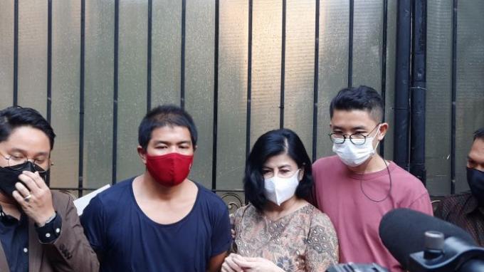 Desiree beserta kedua anak dan kuasa hukumnya sedang berada di depan kediamannya di Jalan Pangeran Antasari, Jumat (26/3/2021)