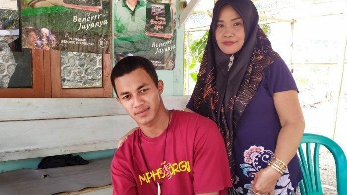 Pasangan terpaut usia cukup jauh, Destoko (24) dan Rasmiati (50). VIRAL Pemuda Banyumas Usia 24 Tahun Nikahi Janda 50 Tahun: Kepincut saat Nyinden di Pentas.