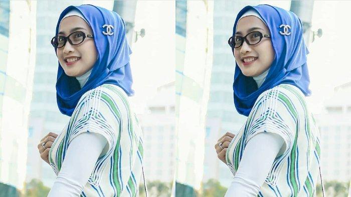 Desy Ratnasari dengan hijab biru