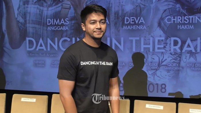 Aktor Deva Mahenra menghadiri promo film barunya berjudul Dancing In The Rain di sebuah mal, Jalan Asia Afrika, Jakarta Selatan, Minggu (21/10/2018). Dalam film tersebut ia berperan sebagai penderita gagal jantung. TRIBUNNEWS.COM/LEDY RAMADHAN