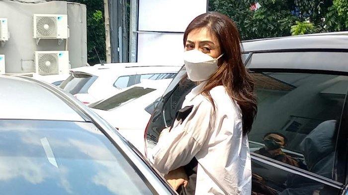 Dhena Devanka, istri Jonathan Frizzy, saat ditemui di Polres Metro Jakarta Selatan, Kebayoran Baru, Jakarta Selatan, Jumat (27/8/2021).