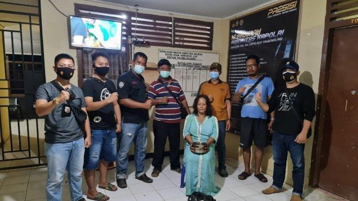 Dewi Asmara (45), tersangka yang meracuni mertuanya dan barang bukti telah berhasil dibawa ke Mapolsek Tulung Selapan, Ogan Komering Ilir.