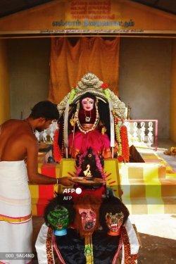 Warga India Mulai Sembah Dewi Korona, Patung Dewi Korona Dimandikan dengan Air Kunyit dan Susu