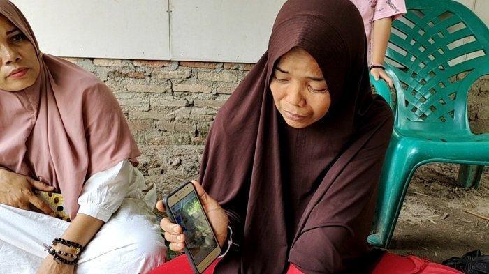 Dewi menunjukan foto Aulia anaknya yang meninggal di Klang, Selangor, Malaysia