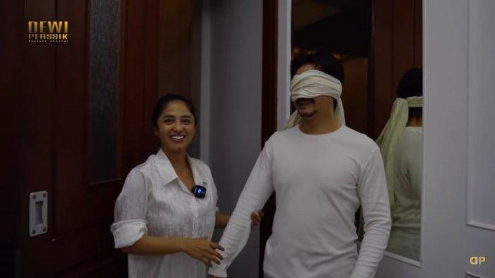 Dewi Perssik menutup mata sang suami dengan kain putih