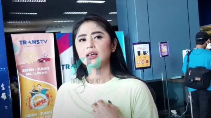 Dewi Perssik saat ditemui oleh awak media terkait persoalannya dengan netizen