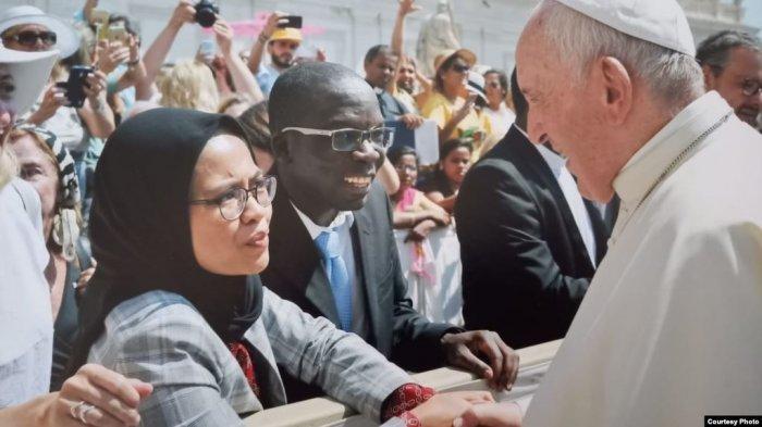 Bersalaman dengan Paus Fransiskus, Dewi Minta Didoakan untuk Terwujudnya Perdamaian Dunia
