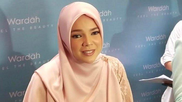Ingin Fokus Beribadah, Dewi Sandra Batasi Penggunaan Gawai di Bulan Ramadan
