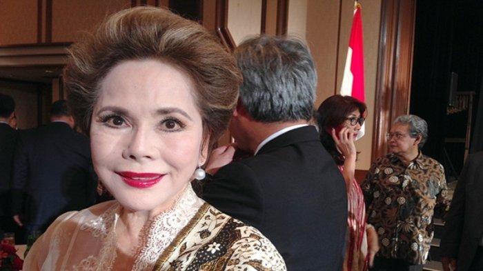 Dewi Soekarno (80) atau Ratna Sari Dewi Soekarno alias Naoko Nemoto (istri Presiden Soekarno).