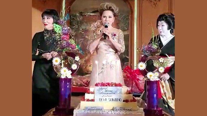 Dewi Soekarno memberikan sambutan dengan kue ulang tahun di depannya dan didampingi kedua sahabatnya di Hotel New Otani.