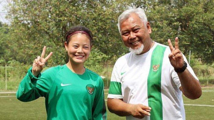 Salah satu pilar Timnas Indonesia Putri, Dhanielle Daphne saat foto bersama dengan almarhum Satia Bagdja.