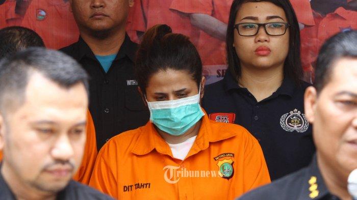 Putri pedangdut senior Elvy Sukaesih, Dhawiya Zaida (memakai masker) dihadirkan saat rilis penangkapan narkoba di gedung Dit Narkoba Polda Metro Jaya, Jakarta, Sabtu (17/2/2018). Dhawiya Zaida ditangkap bersama tiga orang lainnya yaitu Seyhan, Chauri Gita, serta kekasih Dhawiyah bernama Muhammad saat melakukan pesta narkoba di rumahnya dikawasan Cawang, Jakarta pada Jumat (16/2/2018) dinihari dengan barang bukti sabu seberat 1,32 gram beserta sejumlah alat hisap dan barang bukti lainya. TRIBUNNEWS/HERUDIN