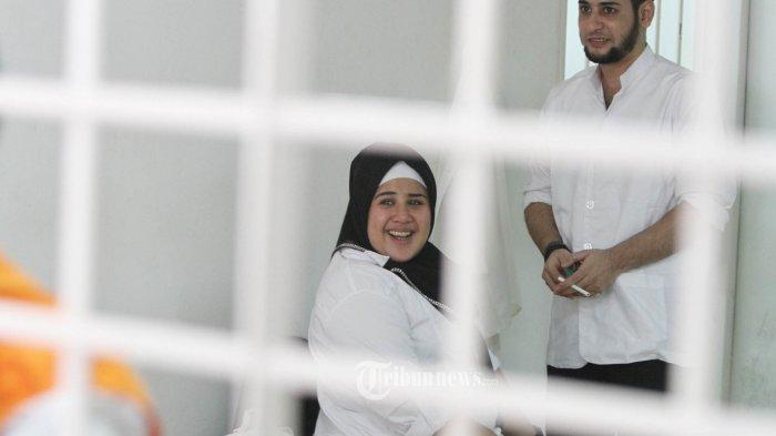 Putri bungsu pedangdut senior Elvy Sukaesih, Dhawiya Zaida berada diruang tunggu tahanan seusai menjalani sidang lanjutan dengan agenda pembacaan tuntuan di Pengadilan Negeri (PN) Jakarta Timur, Selasa (14/8/2018). Jaksa penuntut umum (JPU) menuntut Dhawiya bersama kekasihnya, Muhammad dua tahun rehabilitasi atas kasus penyalahgunaan narkoba yang menjeratnya. TRIBUNNEWS/HERUDIN