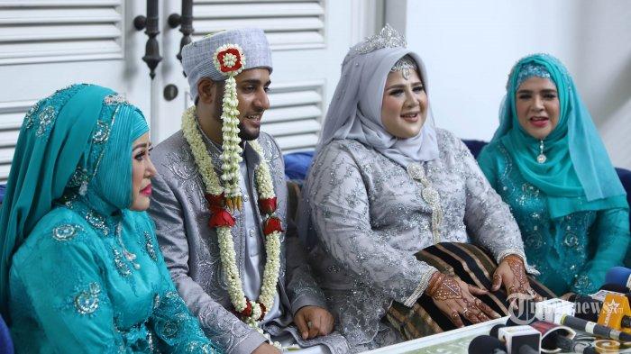Dhawiya Zaida bersama suami Muhammad, ibundanya Elvy Sukaesih dan sang kakak Fitri Sukaesih berbicara kepada wartawan saat konferensi pers usai akad nikah di Jakarta, Jumat (29/3/2019). Dhawiya Zayida yang masih menjalani rehabilitasi penyalahgunaan narkotika, resmi menjadi istri Muhammad yang juga masih menjalani rehabilitasi. TRIBUNNEWS/HERUDIN